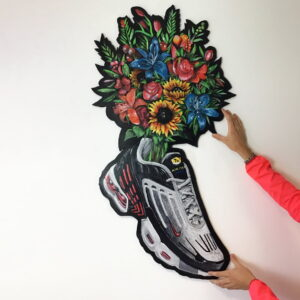 hands tenis flowers