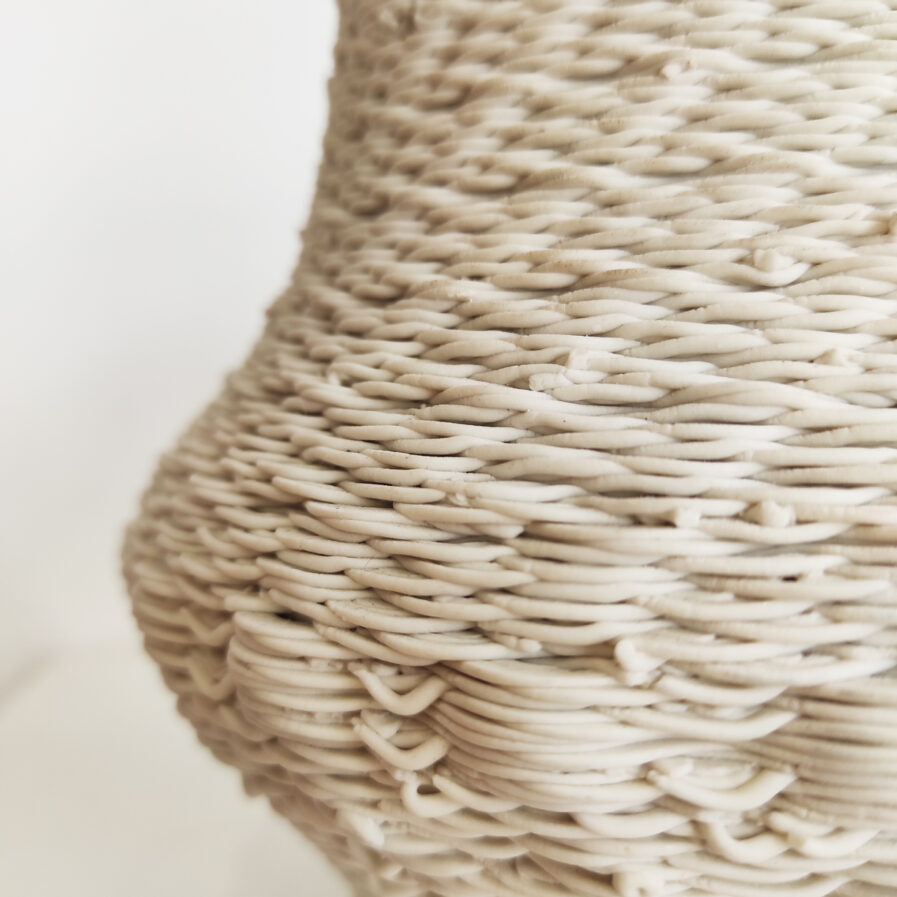 jarra branca com textura emaranhada