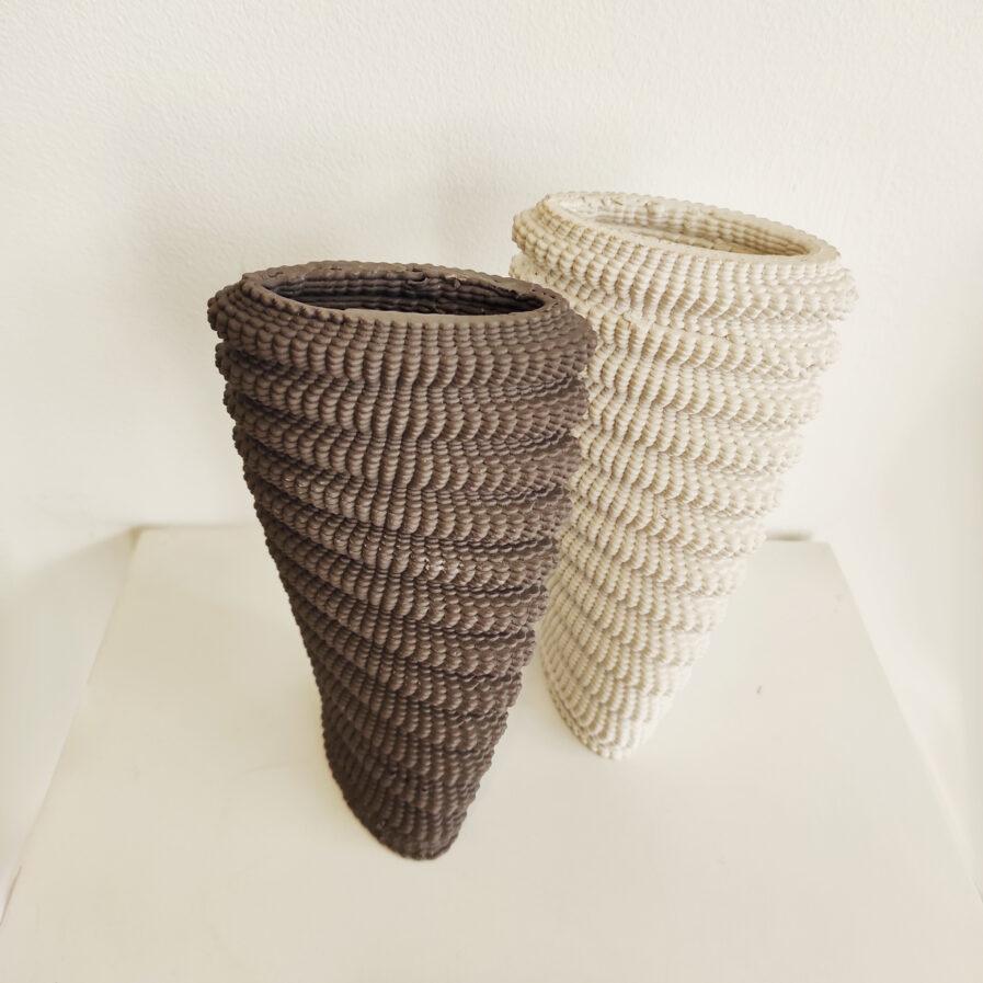 jarra cinza e branca feita em impressora 3d de porcelana
